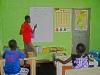 Peter Kweku pomaga młodszym uczniom